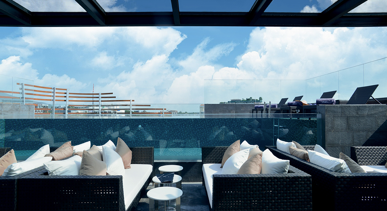 Rooftop lounge and bar with infinity pool - akyra Manor Chiang Mai