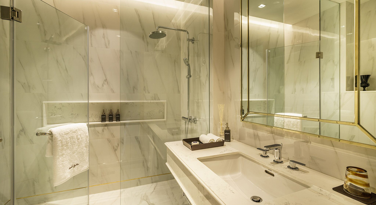 Large Marble Bathroom in Studio Suite - akyra Thonglor Bangkok